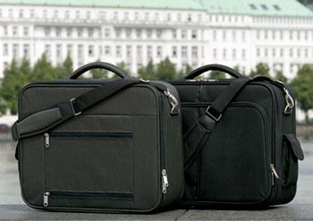 Ein Paar Reisekoffer als Werbeaufnahme an der Alster